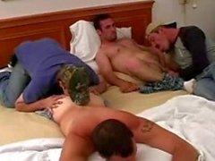 zwei geradlinige Jungs bekommen gereinigt und Sperma