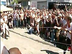 Jätkä on sidottu ja gangbanged ulkopuolella julkisuudessa paljon katsojia