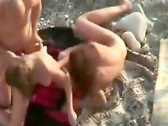 Orge pubblici sulla spiaggia di w ragazze anomale