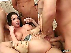 Veronica Avluv prende a cinque galli nello spogliatoio