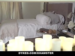 Dyked - Stepmom utiliza Voodoo To Fuck Daughter