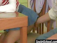 Aluna russa fica seduzido pelo amigo tesão que está cansado de estudar