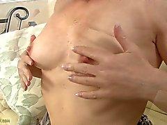 Amber i Clare masserar sina Klitoris