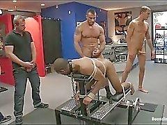 Gay hunk blir uppbundna och knullade