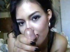 Sexy babe donne une branlette