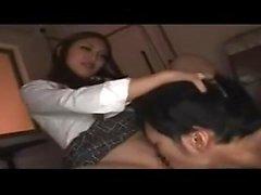Asuka Hoshi Asiática adolescente em uniforme escolar gosta de dar cabeça