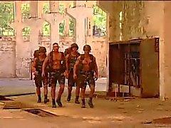 Militares follando al aire libre
