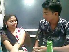 Appassionati indian baciano n Boobs squeeszing fronte agli amici