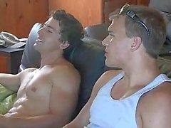 Twee homo's schokken hun pikken