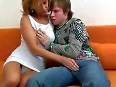 madre bastante caliente con el muchacho joven