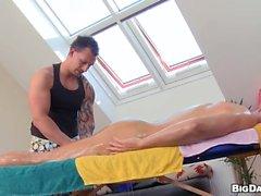Snygg man blir hans spänt analkanalen undersökas av masseur