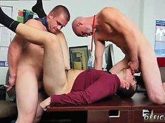 Gay guys öpüşme çıplak düz galeri Çıplak yoga motivi var mı