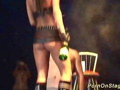 fetiche extrema espectáculo en el escenario