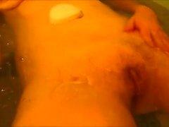 Radersi nella vasca da bagno