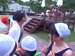 Молодая банда с семьей в классе плавания