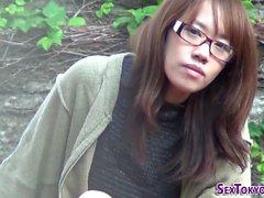 Adolescente asiática frota el coño