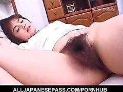 Hitomi Kiryu asiática se pone los dedos en el coño peludo mientras se duerme