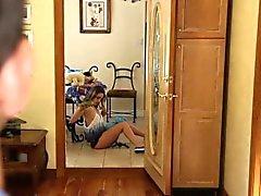 Подростка Babysitter исполняет жезл