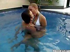 Geana onnamia Brasilian Slutty poikasen , joka saahyvän vitun uima-altaalla