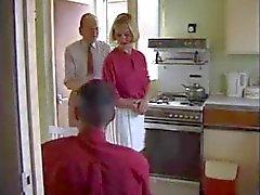 Prostituta britânica dona de casa fodida na cozinha