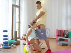 Kuntokeskus tai Huoneiden Laaja hana workout brunette tunnin jälkeen sukupuolen