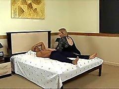 Rijpe vette zuigt lul en wordt geneukt in het hotel bed