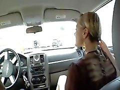 Blonde Belladonna geeft hem het hoofd in de auto en pony hem thuis