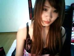 Chinês bonito piercing mamilo menina em casa carregar pelo sol kyo