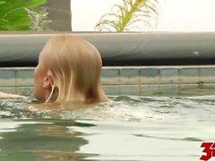 Ash Hollywood gefickt im schwimmenden Pool