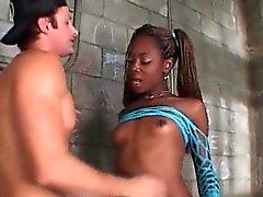 TS Aiemee obtient son black Dick sucé emprisonné