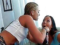Mean Dyke Flower Tucci har hennes strap on suger av Julie Knight innan en slickande