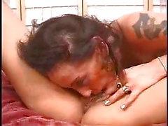 Esperto clitoride lesbica bruna succhia per tette grosse bionda pt3