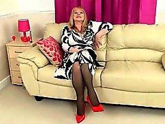 Mamie britannique Amanda et sa collection de sex toy