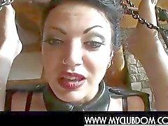 Femdom la maîtresse la regarde esclave gay faire facialzied