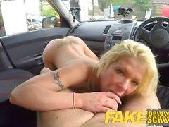 Fake autokoulu Upea blondi syvenee sisäisiä creampie ensimmäisessä le