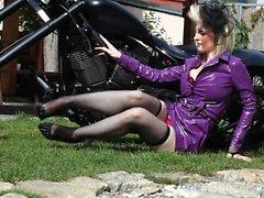 Sensationell biker flicka blir helt naken på kamera