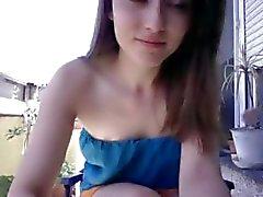 Schattige brunette is op haar huis webcam en het geven van een show vingerzetting kutje