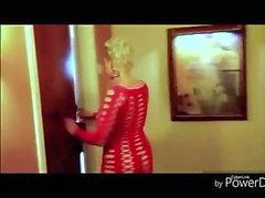 Andando no vestido vermelho