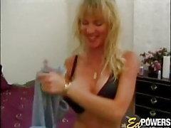 Amateur Bimbo mit großen Titten spielt mit ihr zu entreißen Solo