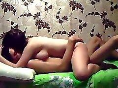 Amateur rondborstige gf neukt met haar man - zelfgemaakte videoband