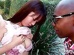 Sucrée asien la sirène de la relations sexuelles reprend seins sucés par un étalon black
