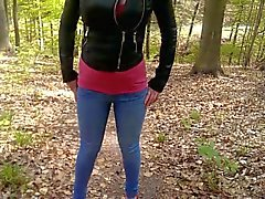 Jenny é chatear seu jeans em uma floresta de