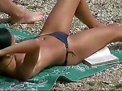 Slanke tiener met parmantige tieten naakt op een naaktstrand