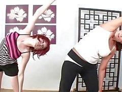 Likainen redhead tyttö potkaisee seksuaalisen harjoittelemaan kanssa hän Aina vierelläsi