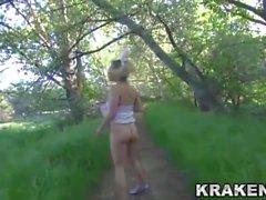 Krakenhot - BDSM Представление на открытом воздухе с молодой девушкой