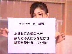 Hurmaava japanilaisen girl on miehen hyväilevän hänen seksikäs kehon b