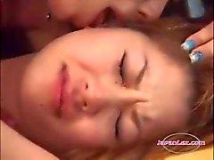 Aziatisch meisje krijgt haar tieten en kut wreef tijdens het kussen op de bank