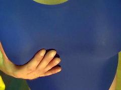Fake Boobs - jotkut poseeraa sininen uimapuku, ajeltu keho
