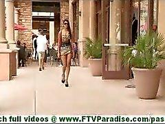 Bonaja otroligt sexig latina blinkande trosor och blinkande fitta och tar trosorna utomhus