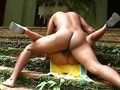 Coppia amatoriale ebano get crazy all'aperto